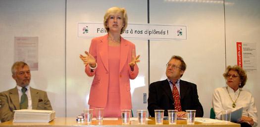 de gauche à droite : André Hurst, recteur de l'Université de Genève; Louise Doswald Beck, directrice du CUDIH; Roger Durand , président de la Fondation Prix Henry Dunant, Pierrette Mourgue d'Algue, secrétaire du Prix Henry Dunant.